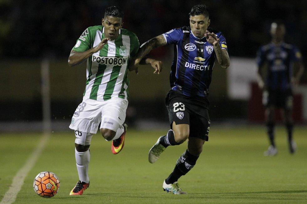 Orlando Berrío lucha ante Emiliano Tellechea por la posición de la pelota.