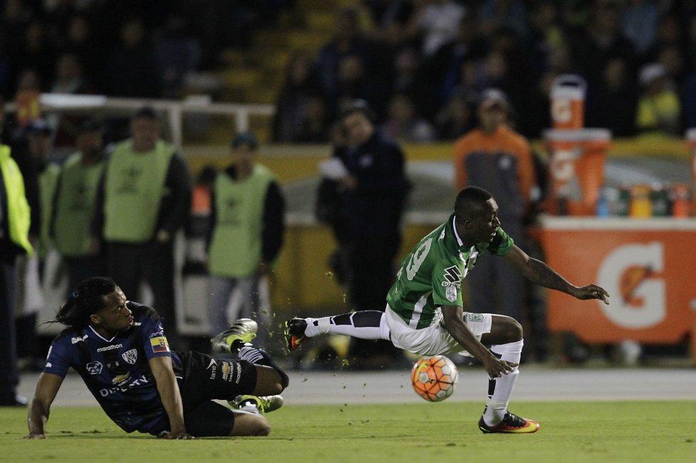 Marlos Moreno disputa la pelota ante Arturo Mina.