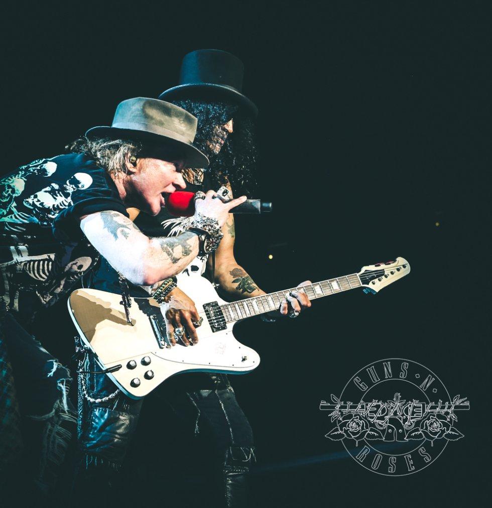 En octubre de 1996, Slash decide dejar Guns N' Roses argumentando problemas con el vocalista Axl Rose, lo que genera la disolución de la agrupación.