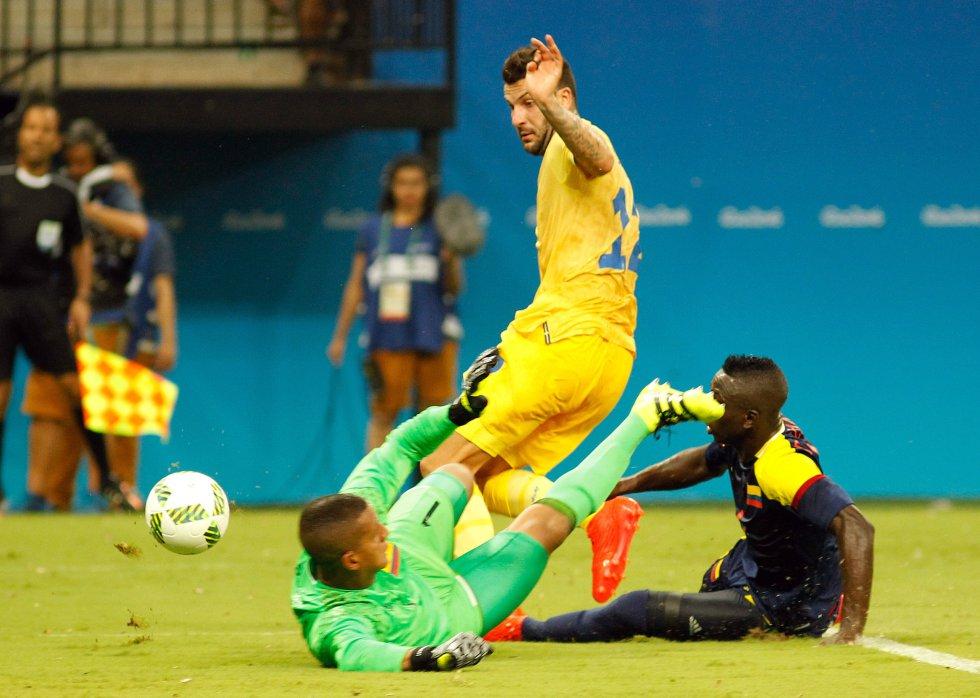 Cristian Bonilla y Déiver Machado salvan una acción a favor de los suecos.