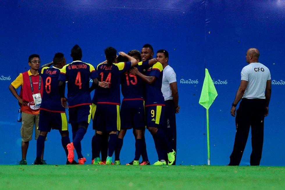 Los jugadores de Colombia celebran el 1-0 parcial.