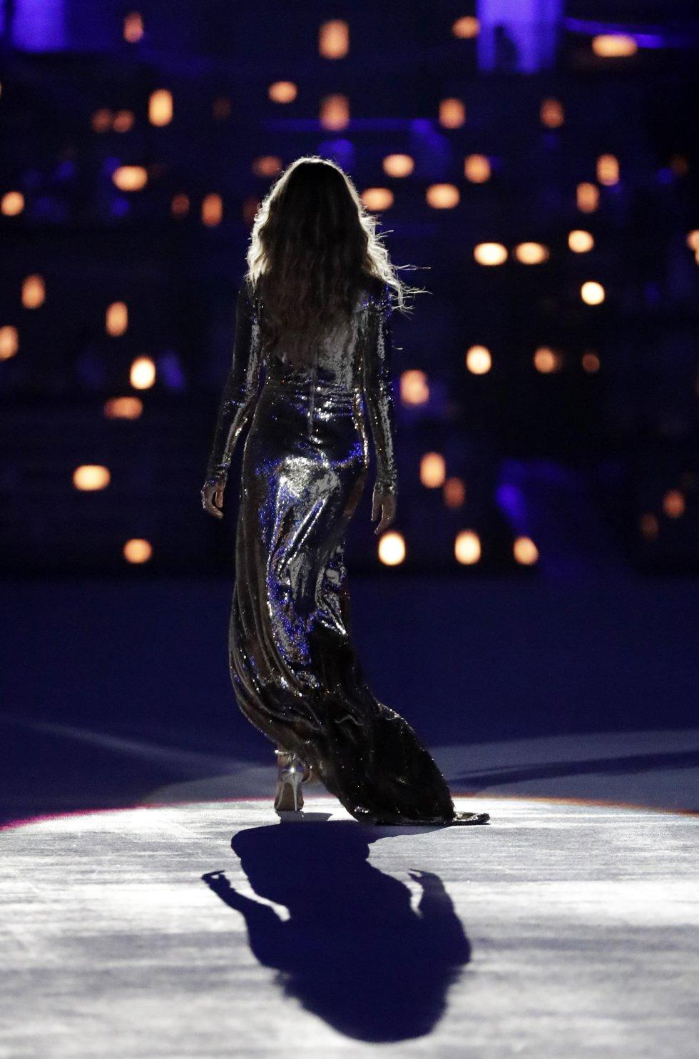"""Las notas de la """"Garota"""" provocaron una sonora ovación en el estadio mientras la modelo brasileña avanzaba por el centro del escenario."""