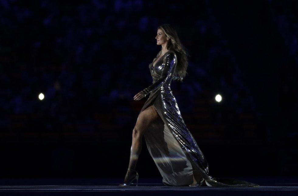 La modelo usó un vestido largo dorado con el que atrajo todas las miradas.