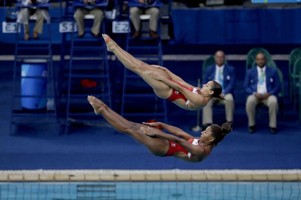 Jennifer Abel y Pamela Ware de Canadá compiten en la competencia de clavados en Río 2016.