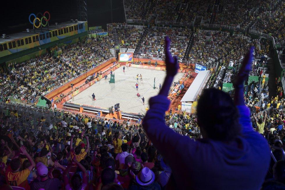 Una mirada al escenario que congregó a los deportistas de voleibol de playa durante el partido entre Brasil y Cuba.