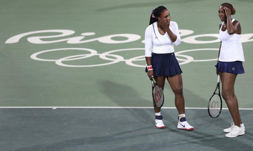 Venus y Serena Williams fueron derrotadas por la pareja checa formada por Lucie Safarova y Barbora Strycova dando una de las sorpresas de la jornada con resultados de 6-3 y 6-4.