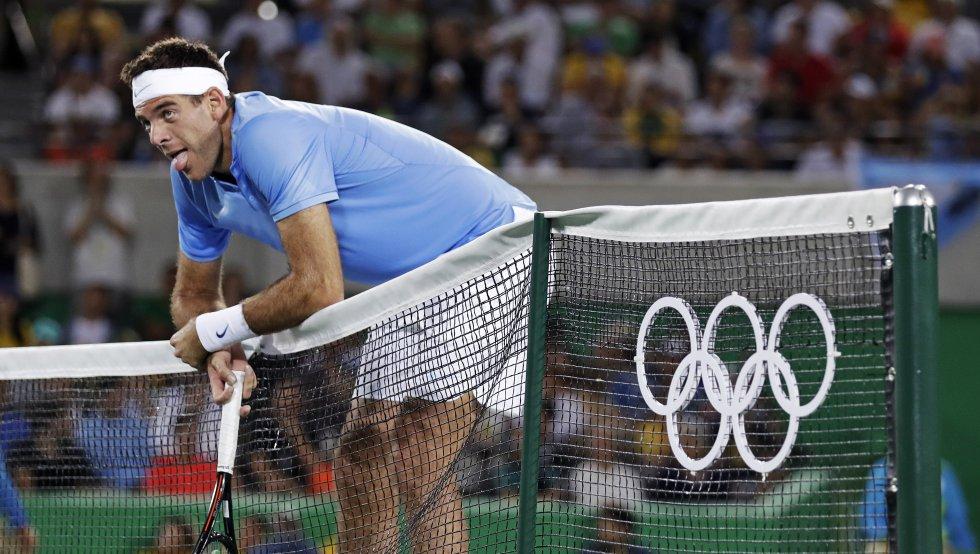 El argentino Juan Martín del Potro, que se afana por recuperar el tiempo perdido a causa de una lesión de muñeca, dio un revolcón al torneo de tenis de Río 2016 al eliminar al primer favorito, número uno del mundo, el serbio Novak Djokovic (7-6(4) y 7-6(2)).
