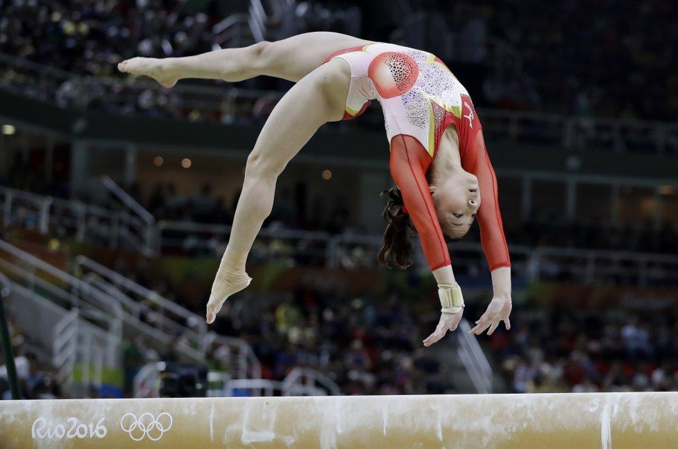 La japonesa Asuka Teramoto en su presentación por las pruebas clasificatorias de gimnasia.