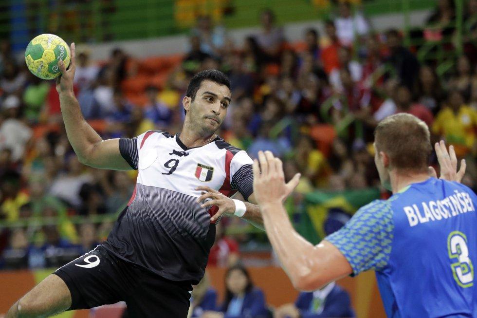 Eslam Eissa de Egipto, anota un gol frente a Eslovenia en los preliminares de balonmano.