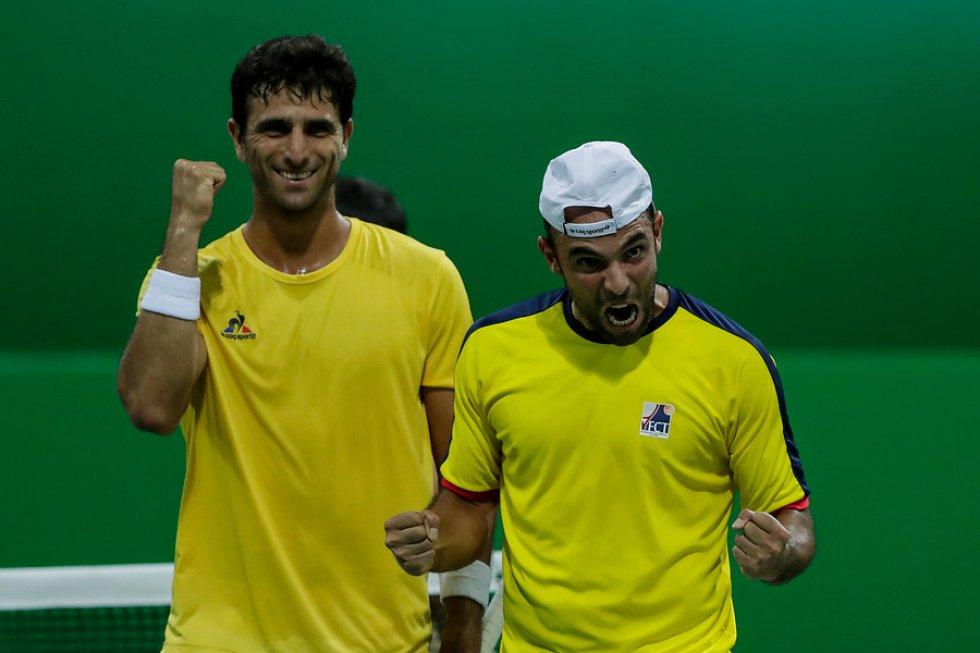 Juan Sebastián Cabal y Robert Farah sorprendieron a los primeros favoritos, los franceses Pierre-Hugues Herbert y Nicolas Mahut, por 7-6(4) y 6-3, para alcanzar la segunda ronda del torneo de dobles de Río 2016.