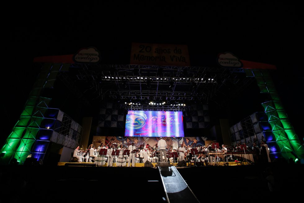 Cerca de 50 músicos en escena uniformados con el color de la paz y la pureza sigueron las notas de la marimba de chonta que guió el ritmo en esta propuesta de 'Pazcífico Sinfónico'.