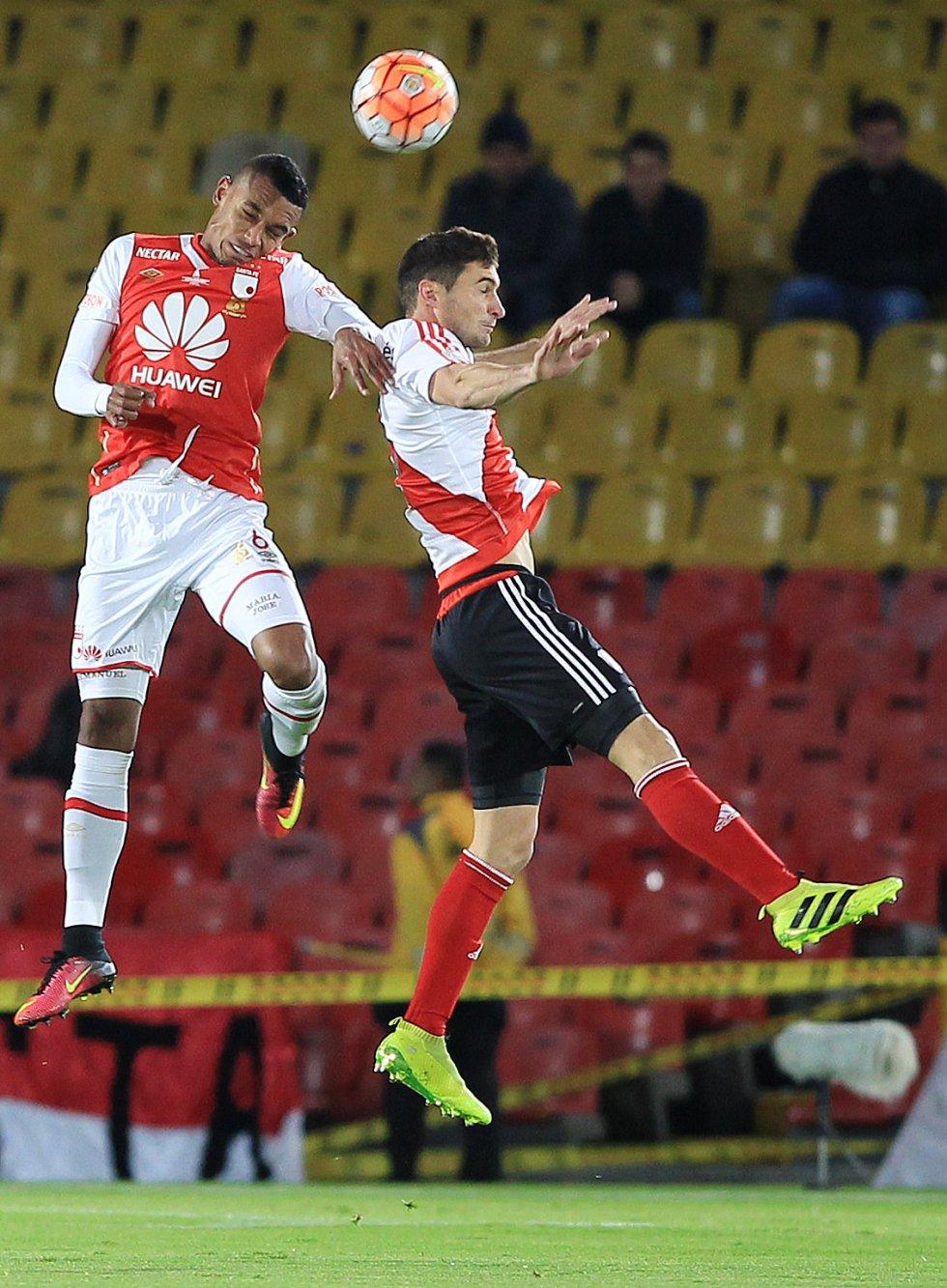 Tesillo y Alario en un duelo aéreo ganado por el jugador de Santa Fe.