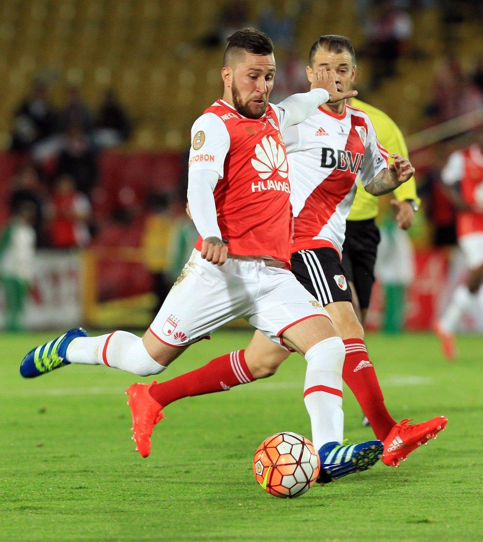 Los argentinos Jonathan Gómez y Andrés D'Alessandro se enfrentan por la posesión de la pelota.