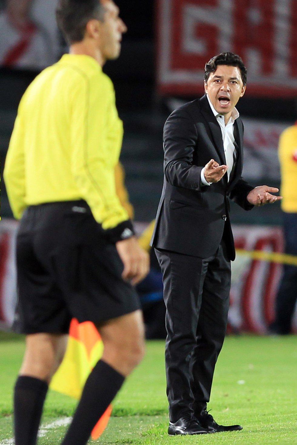 Marcelo Gallardo imparte instrucciones a sus dirigidos.