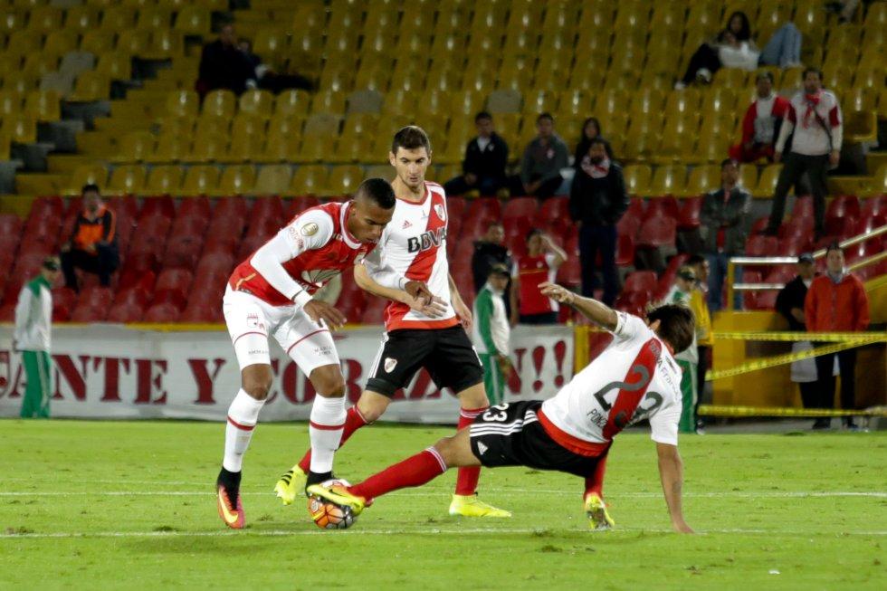 Tesillo y Ponzio lucha por la pelota.