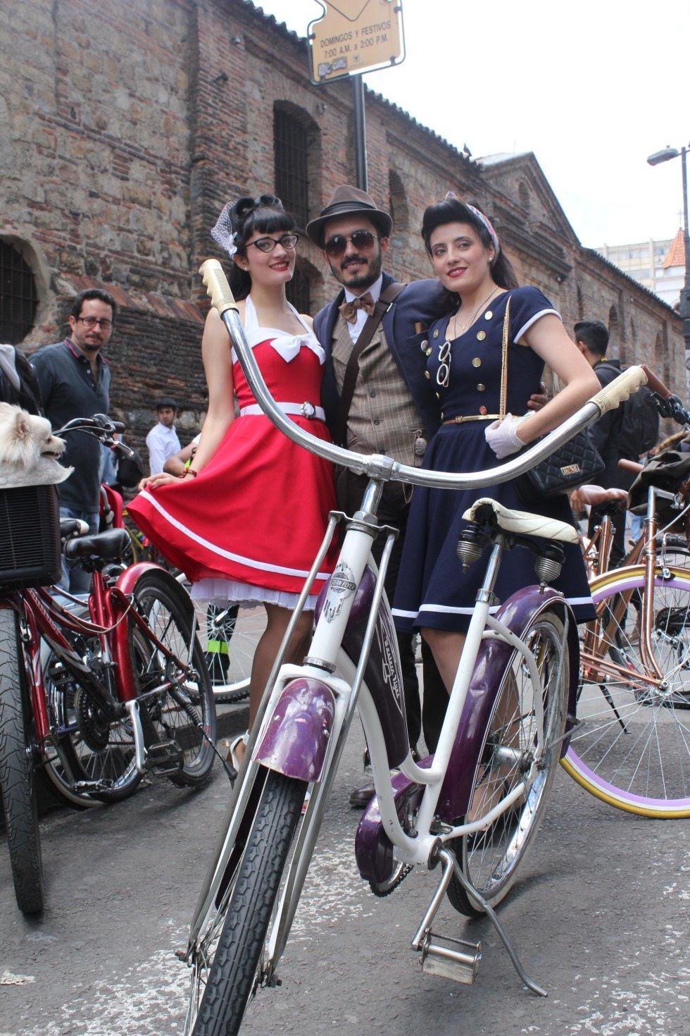 Se celebra el día que conmemora la cultura 'cachaca',   todos los bogotanos salen en bicicleta orgullosamente.