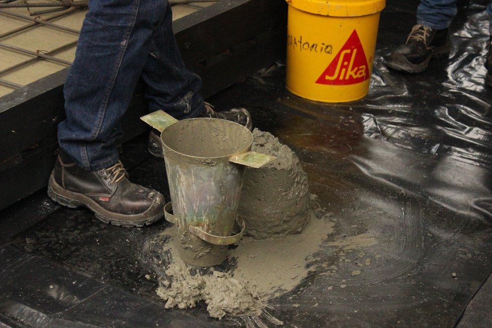 Antes que nada, se debe probar cada mezcla con una herramienta en forma de cono para verificar la consistencia de cada concreto.