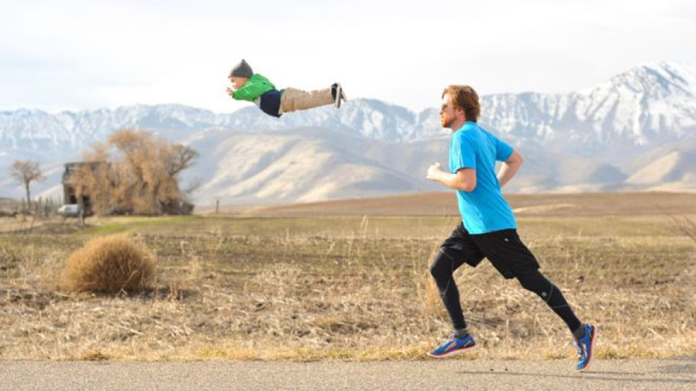 Su padre Alan Lawrence, que es fotógrafo, crea imágenes de su hijo volando.