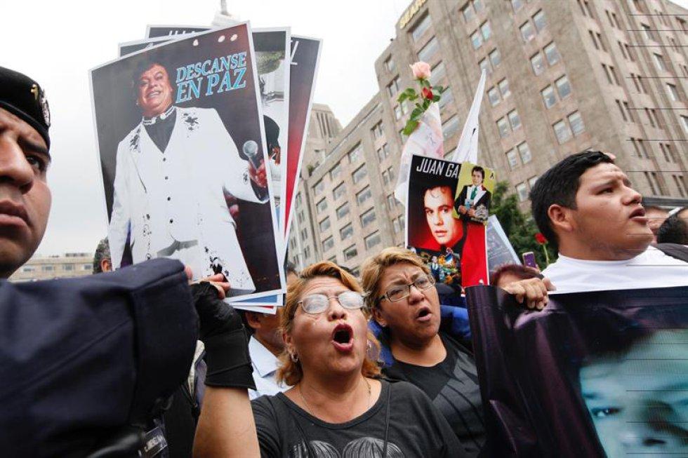 Cerca de un millón de personas se han acercado al Palacio de Bellas Artes en Ciudad de México para rendir homenaje a su ídolo Juan Gabriel.