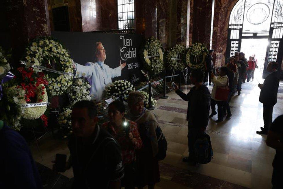 Familias enteras acuden a despedir al 'Divo de Juárez' quienes incluso cuentan que los nombres de algunos de ellos se debe a las letras de las canciones de su ídolo.