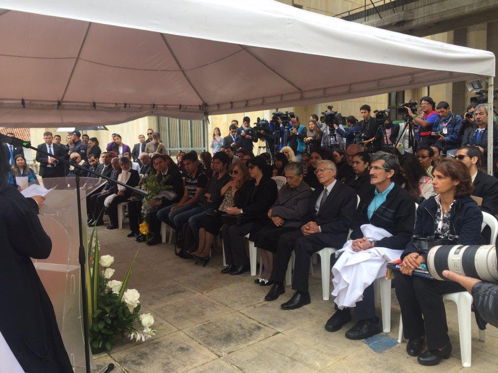 El viceministro de Asuntos Multilaterales, Francisco Echeverri, hizo presencia en la ceremonia oficiada a la familia de Cristina del Pilar Guarín, una de las desaparecidas del Palacio de Justicia.
