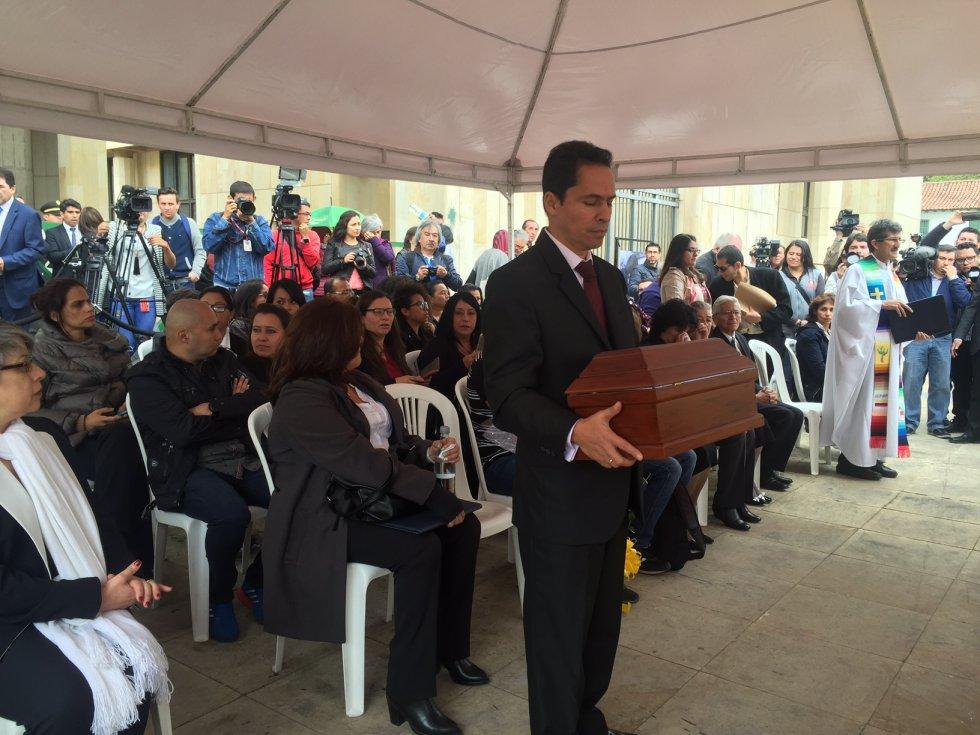 """Echeverri señaló que """"después de un gran esfuerzo que tuvo errores, es posible hoy entregar los restos a su familia""""."""