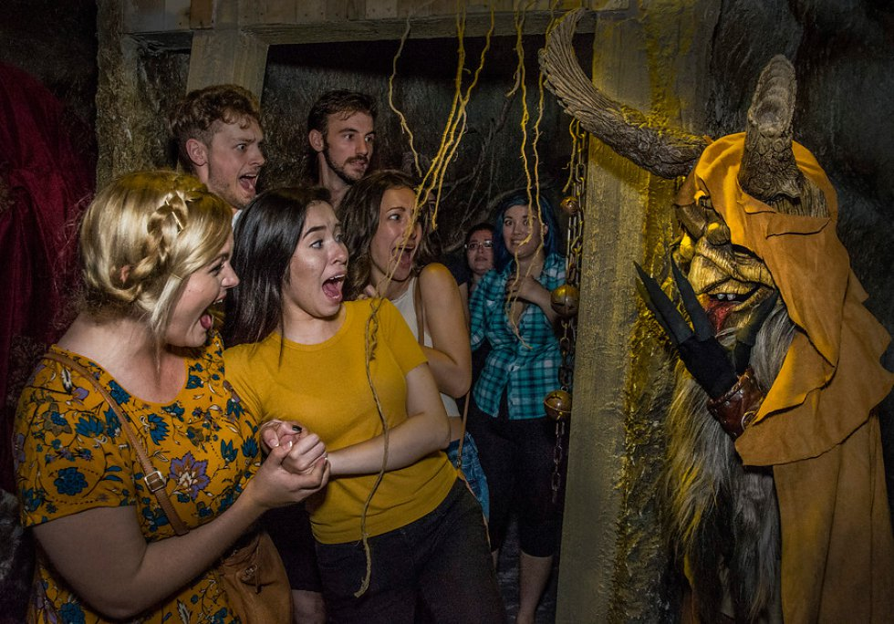 Se puede explorar casas embrujadas, zonas aterrorizantes y disfrutar de espectáculos en vivo.