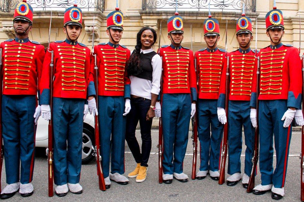 Catherine Ibarguen posó muy alegre junto a los miembros del esccuadrón guardia presidencial durante su vista a la Casa de Nariño.