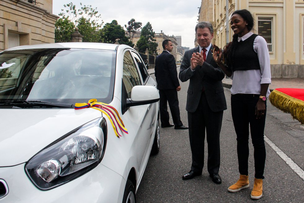Juan Manuel Santos entregó el premio prometido a la laureada atleta