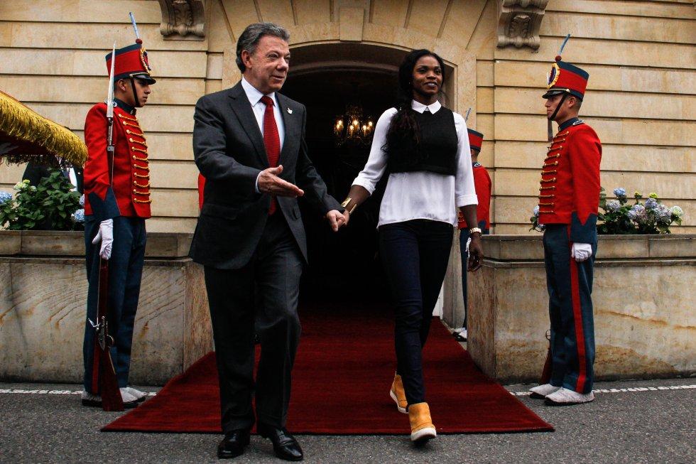 Juan Manuel Santos condujo a la atleta colombiana a las afueras de la Casa de Nariño para entregarle el carro que le prometió como premio por su buen desempeño.