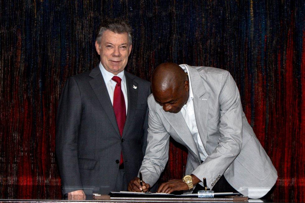 El presidente Santos también entregó incentivos al entrenador de la saltadora colombiana.