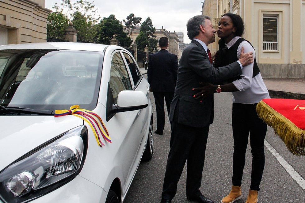 La deportista nacida en Apartadó recibió un carro como parte de su premio por el oro olímpico.