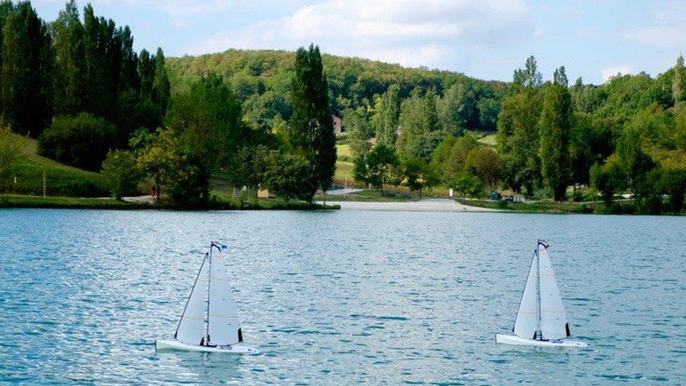 Para Belinda Berry es muy relajante hacer navegar estas maquetas de yate en el lago que está cerca de su casa bajo el sol de septiembre.