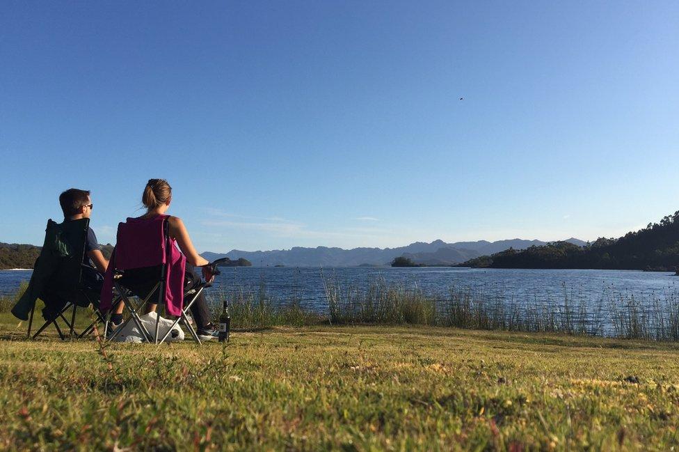 Para Charlotte Lamon su fotografía de una pareja sentada a la orilla de un lago, disfrutando de la vista en un día sin nubes, es el reflejo literal del descanso.