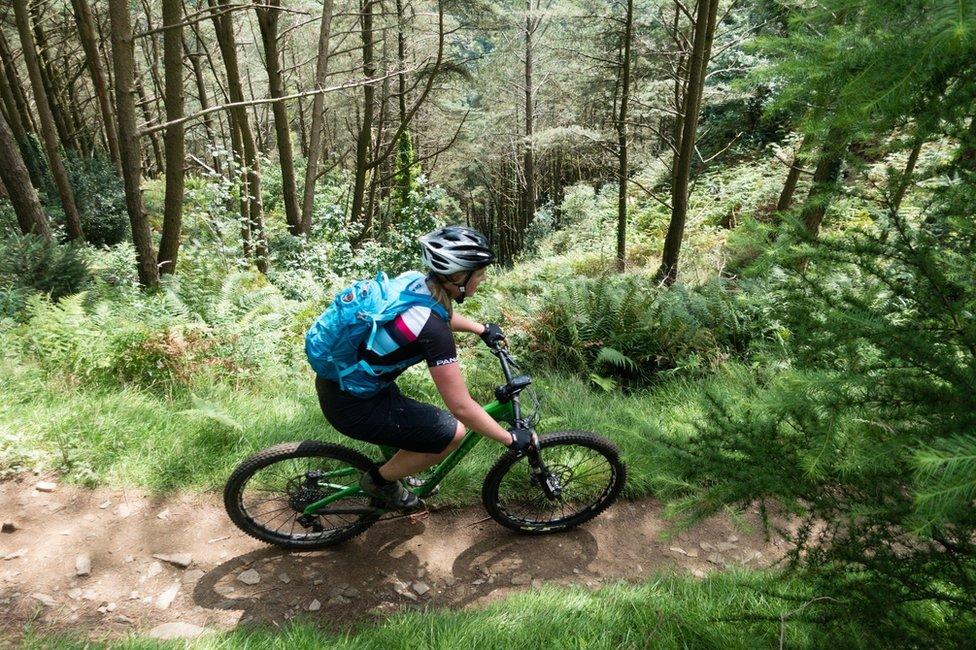 """""""Soy definitivamente una de esas personas que se sienten culpables si no hacen nada"""", reconoce Lucy Manning. """"Además, siento que no puedo descansar si no hice ejercicio. Suelo ir a Londres, donde trabajo, en bicicleta y eso es algo que encuentro relajante. Pero nada lo es más que andar en bicicleta en el bosque"""", exclama. Esta imagen la tomó en el bosque de Afan, en el sur de Gales."""