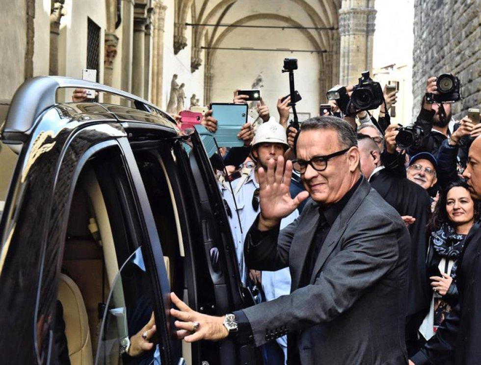 """El actor estadounidense Tom Hanks se despide de los fans tras asistir a la presentación de la película """"Inferno"""" en el Palazzo Vecchio de Florencia, Italia el pasado 6 de octubre de 2016."""