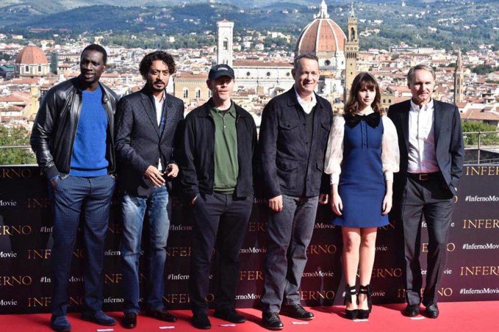De izquierda a derecha, los actores el francés Omar Sy, el indio Irrfan Khan, el director estadounidense Ron Howard, su compatriota el actor Tom Hanks, la británica Felicity Jones y el escritor estadounidense Dan Brown posan para la prensa durante la presentación de la película 'Inferno' en Belvedere Fort, Florencia.