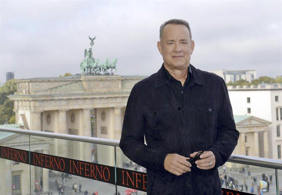 El actor estadounidense Tom Hanks posa frente a la Puerta de Brandeburgo durante la presentación gráfica de la película Inferno.