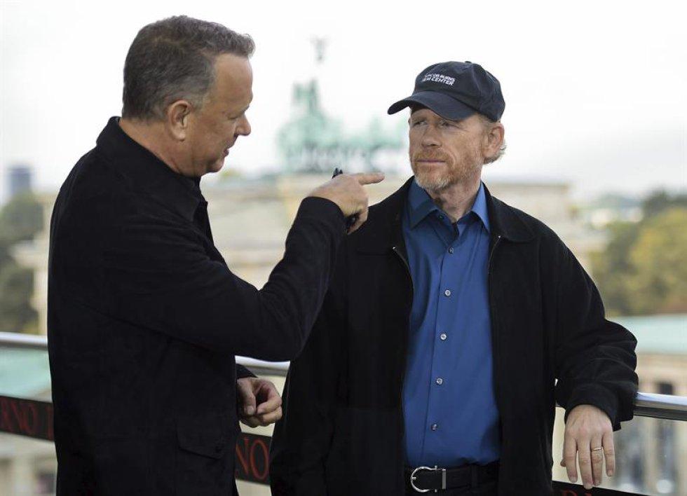 El actor estadounidense Tom Hanks (i) charla con el director Ron Howard durante la presentación de la película.
