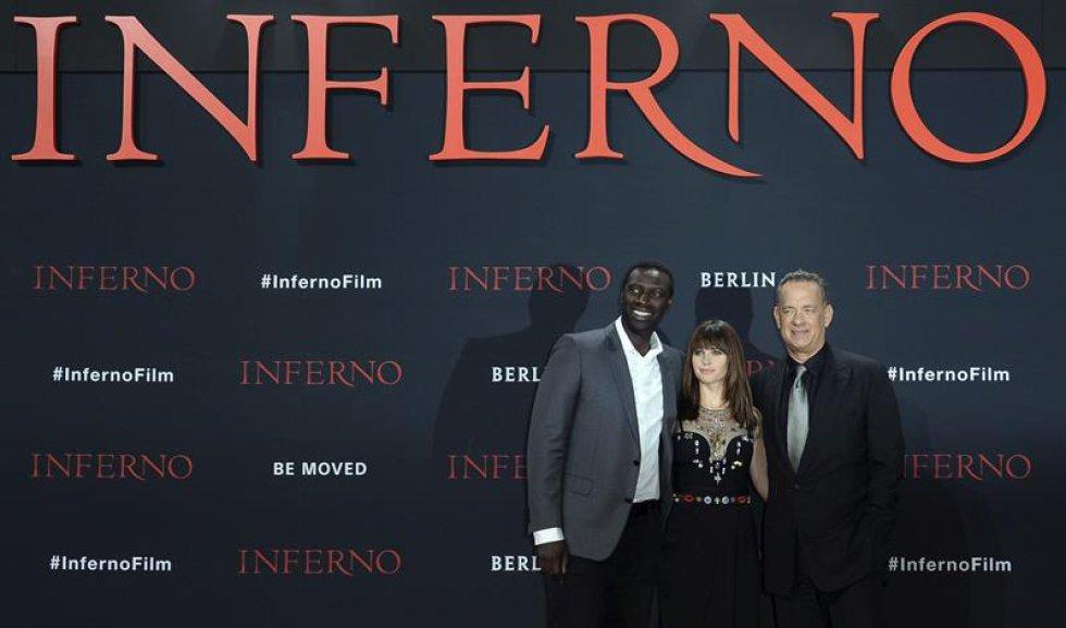 De izquierda a derecha: el actor francés, Omar Sy, la actriz británica, Felicity Jones, y el actor estadounidense, Tom Hanks.