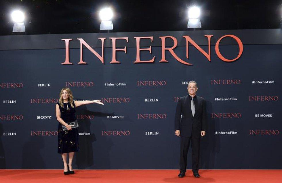 El actor estadounidense, Tom Hanks (d) y su mujer Rita Wilson (i) posan ante los fotógrafos a su llegada al estreno alemán de la película.