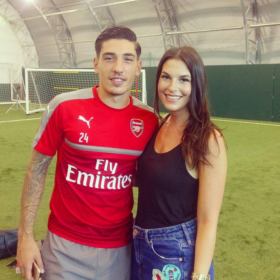 La atractiva presentadora trabaja en un canal de televisión del equipo Londinense, Arsenal