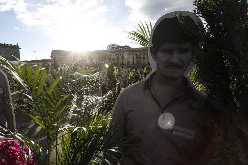 Ramas y dummies con las caras de 480 víctimas del genocidio de la UP se tomaron la Plaza de Bolívar.