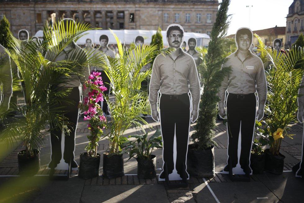 A la misma plaza de Bolívar llegaron horas más tarde cientos de personas en el marco de la tercera marcha por la paz.