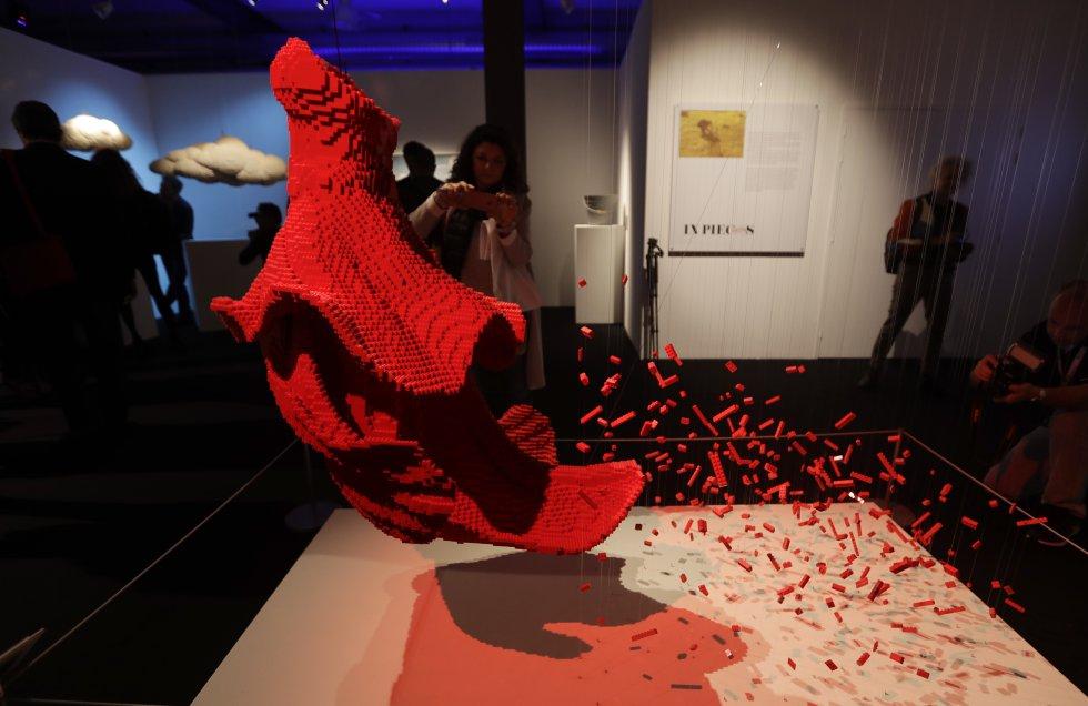 Sawaya tardó cerca de un mes en completar esta escultura la cual recrea un vestido y está compuesta por 62.750 fichas de Lego.