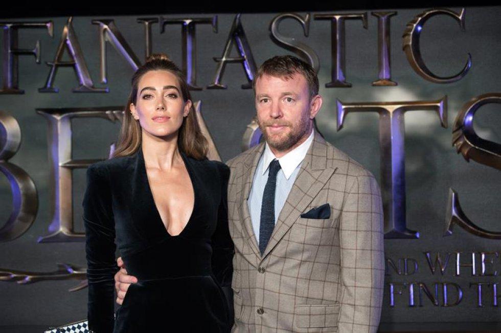 """El director británico Guy Ritchie (d) y su esposa la modelo Jacqui Ainsley en el estreno de """"Animales Fantásticos y dónde encontrarlos""""."""