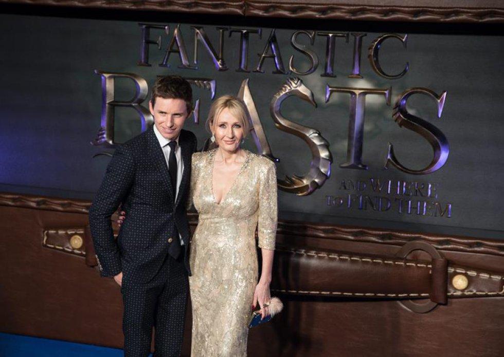 El actor británico Eddie Redmayne y la escritora británica J.K. Rowling.