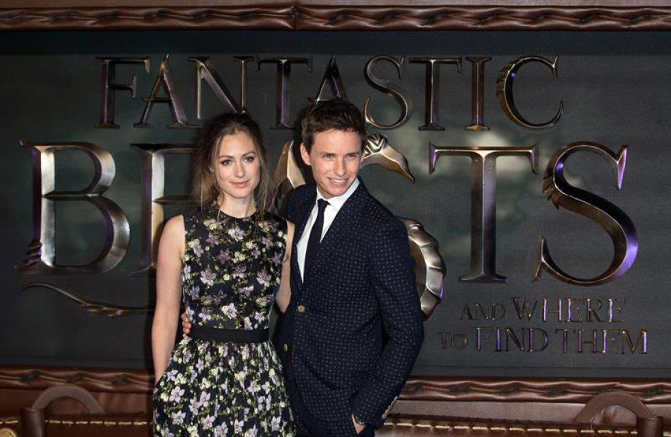 El actor británico Eddie Redmayne y su esposa, Hannah Bagshawe, en la premier de la película.