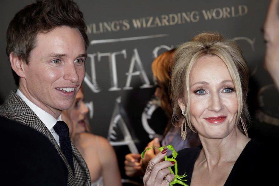 La novelista y guionista británica J.K. Rowling, conocida por ser la autora de la saga de Harry Potter; y el actor Eddie Redmayne, protagonista de la nueva película.