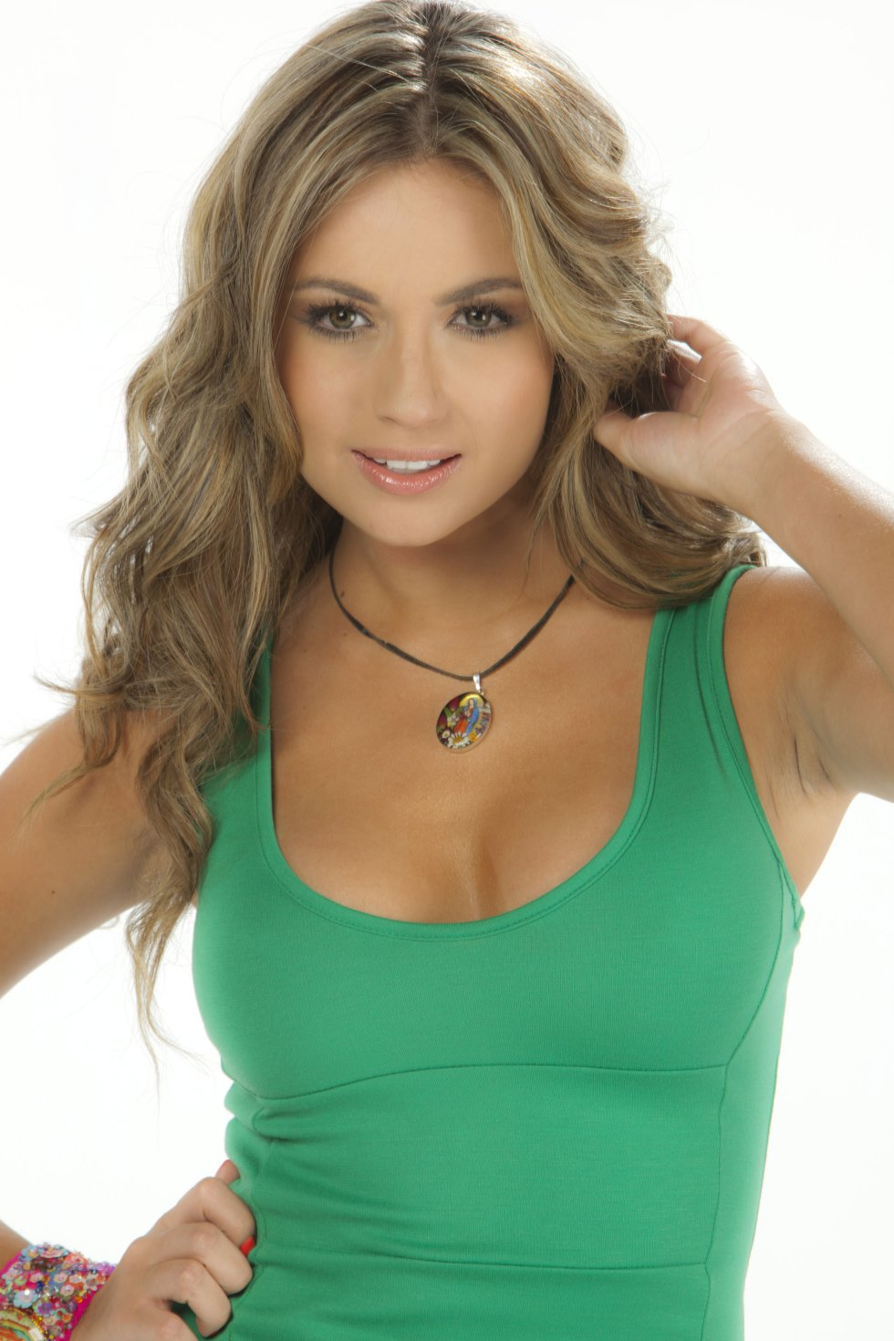 Es comunicadora social, modelo y presentadora.